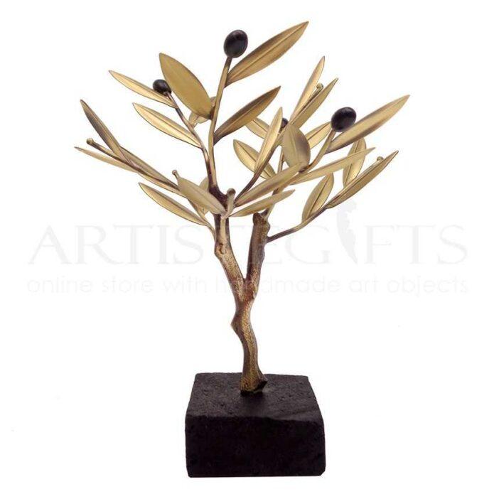 Μικρό Δέντρο Ελιάς Με Καρπούς Σε Ηφαιστειακή Λάβα