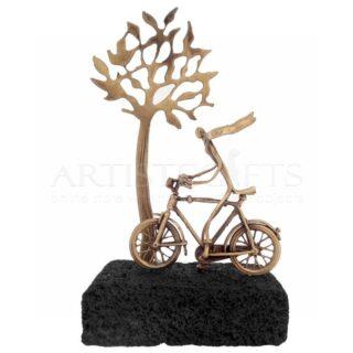 Κορίτσι Με Κασκόλ, Ποδήλατο και Δέντρο Σε Ηφαιστιακή Βάση