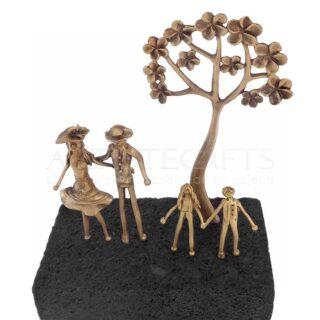 Ζευγάρι με Παιδιά, Δέντρο με Λουλούδια σε Ηφαιστειακή Βάση