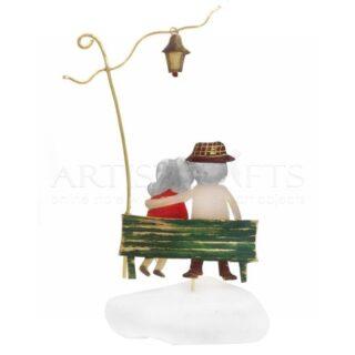 Παππούς, Γιαγιά Αγκαλιά Σε Πάγκο Κάτω Από Φανάρι, δώρα για ηλικιωμένους, δώρα για ζευγάρι, δώρα για επέτειο, δώρα για επέτειο γάμου, αστεία δώρα για ζευγάρια, δώρα με μήνυμα, δώρα για παππού και γιαγιά, δώρα για γιορτή, δώρα για γενέθλια, προσωποποιημένα δώρα, ιδέες για δώρα σε ζευγάρι