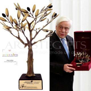 Δέντρο Ελιάς Με Οξειδωμένο Κορμό Σε Ηφαιστειακή Λάβα