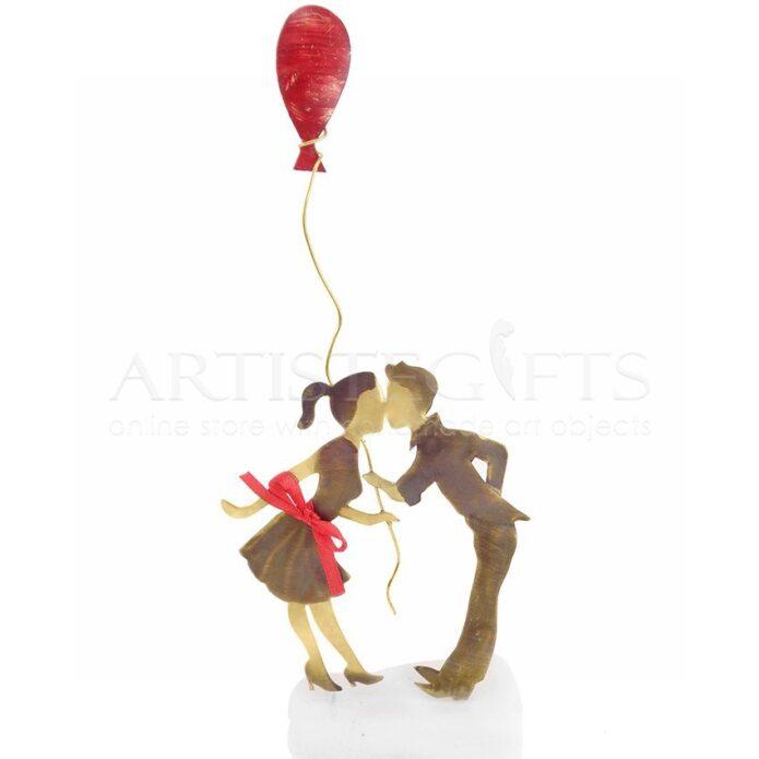 Ζευγάρι Αντικριστό Που Φιλιέται Με Κόκκινο Μπαλόνι, δώρα για ζευγάρι, δώρα για επέτειο, δώρα για γάμο, προσωποποιημένα δώρα, επέτειος γάμου, δώρα με μήνυμα, δώρα αρραβώνα, ιδέες δώρων για ζευγάρι, δώρα για ζευγάρια