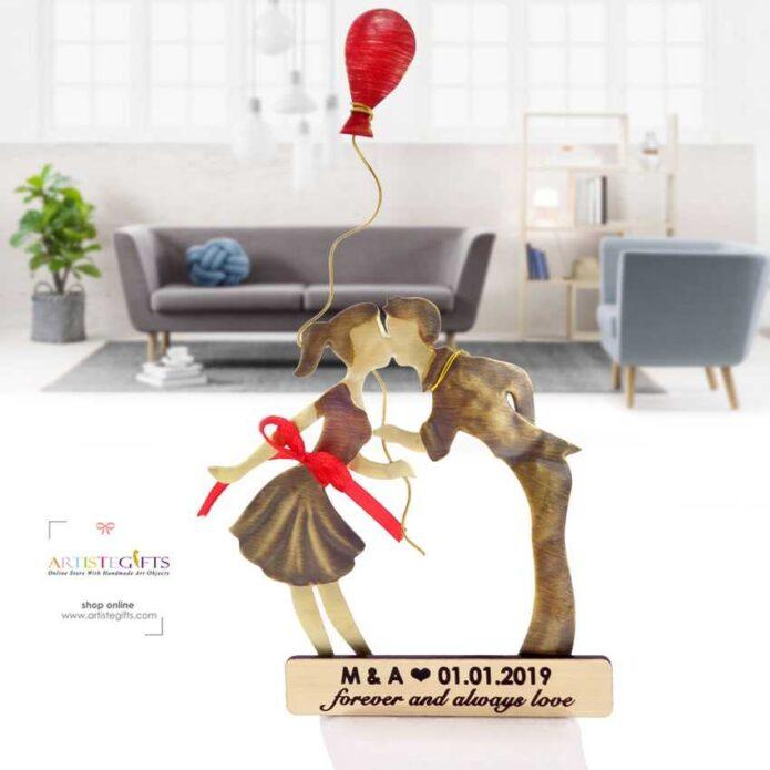 Ζευγάρι Αντικριστό Που Φιλιέται Με Κόκκινο Μπαλόνι