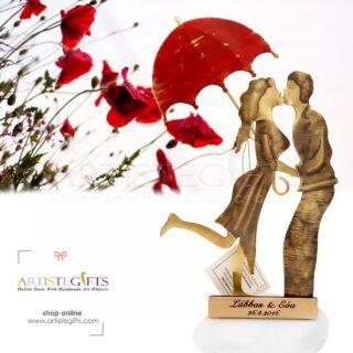 Ζευγάρι Που Φιλιέται Κάτω Από Κόκκινη Ανοιχτή Ομπρέλα, δώρα για επέτειο, δώρο για επέτειο σχέσης, δώρα για ζευγάρια. ιδέες δώρων για ζευγάρι, πρωτότυπα δώρα για ζευγάρια, χειροποίητα δώρα, ζευγάρι με ομπρέλα, προσωποποιημένα δώρα, δώρα γάμου, δώρα για αρραβώνα
