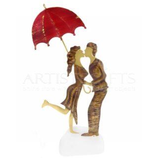 Ζευγάρι Που Φιλιέται Κάτω Από Κόκκινη Ανοιχτή Ομπρέλα, δώρα για ζευγάρια, δώρα γάμου, δώρα αρραβώνα, δώρα για επέτειο, ιδέες δώρων για ζευγάρια, δώρο σε φιλικό ζευγάρι, γαμήλια δώρα, δώρα για νέο σπίτι, δώρα για επέτειο σε άντρα, δώρα για επέτειο σε γυναίκα, δώρα σε γυναίκες, δώρα για ερωτευμένους, προσωποποιημένα δώρα, ευχές για ζευγάρια,