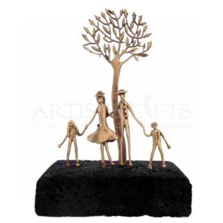 Ζευγάρι με Παιδιά, Ψηλό Δέντρο σε Ηφαιστειακή Βάση