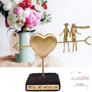 Ερωτευμένοι Καθισμένοι σε Βέλος Καρδιάς Σε Βάση