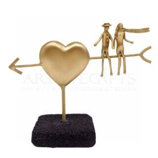 Ερωτευμένοι Καθισμένοι σε Βέλος Καρδιάς Σε Βάση, δώρα γάμου, δώρα για επέτειο, δώρα για ερωτευμένους, γαμήλια δώρα, προσωποποιημένα δώρα, ιδέες δώρων για ζευγάρια, πρωτότυπα δώρα για ζευγάρια, καρδιά, καρδιά με βέλος, δώρα με μήνυμα,