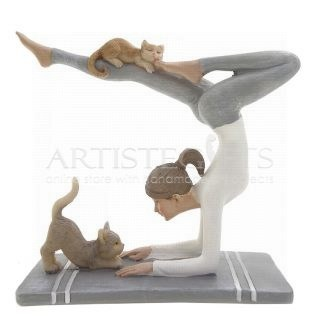 Γυναίκα Σε Στάση Yoga & Δυο Γάτες