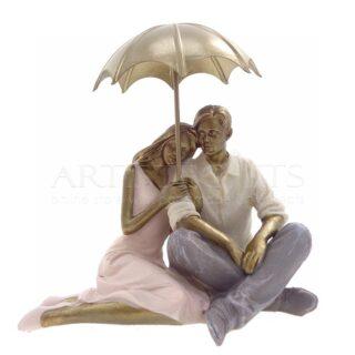 Ζευγάρι Καθισμένο Αγκαλιά Κάτω Από Χρυσή Ομπρέλα