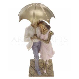 Ζευγάρι Όρθιο Αγκαλιά Και Χρυσή Ομπρέλα
