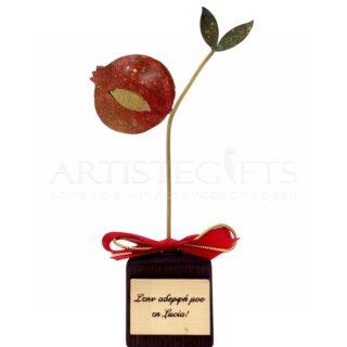 Μικρό Επιχρυσωμένο Κόκκινο Ρόδι και Φύλλα Σε Ξύλινη Βάση