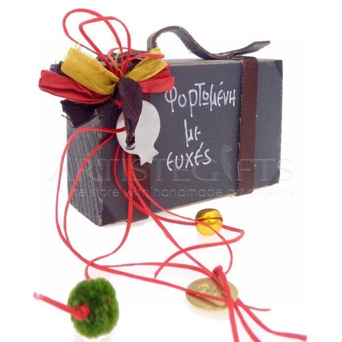ευχές για γιορτή, ευχές για γενεθλια, δώρα για γιορτή, βαλίτσα, γούρια, γούρι 2020, δώρα για ταξιδιωτικό, ταξιδιώτης, ρόδι, ρόδια, πρωτότυπα γούρια, βαλίτσες