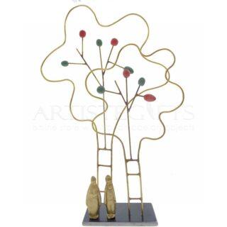 Ζευγάρι Κάτω Από Δέντρα Με Πολύχρωμους Καρπούς