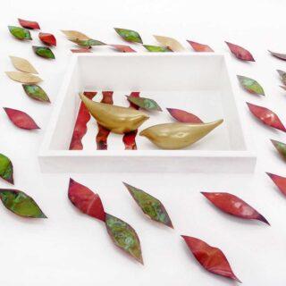 Κάδρο Με Πουλιά Και Πολύχρωμα Φύλλα Σε Λευκή Πλάτη